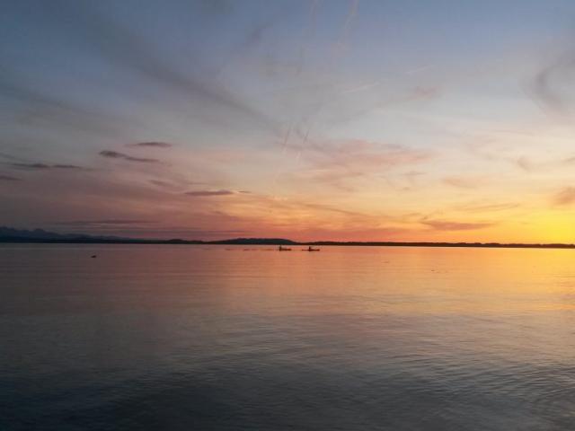 Sonnenuntergang mit Kanus
